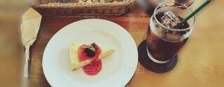 テーブルの上にケーキのスライスを入れた食べ物の皿の写真・画像素材[4952155]