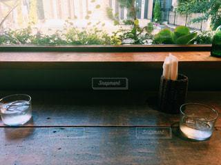ウィンドウの前面にガラスの花瓶の写真・画像素材[933457]