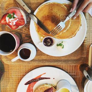 テーブルの上に食べ物のプレートの写真・画像素材[984766]