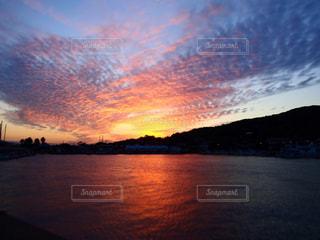 水の体に沈む夕日の写真・画像素材[1086666]