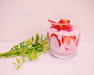 テーブルの上のピンクの花で一杯の花瓶の写真・画像素材[1127027]