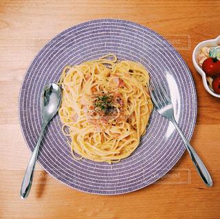 木製のテーブルの上に食べ物のプレートの写真・画像素材[1152527]