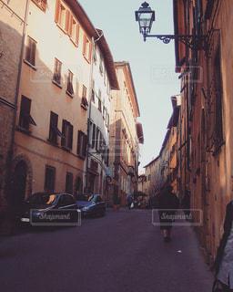 通りを歩いている人の写真・画像素材[1155737]