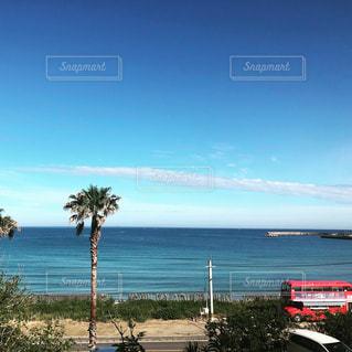 水の体の横にあるビーチの景色の写真・画像素材[1199367]