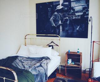 ベッドと部屋で机付きのベッドルームの写真・画像素材[1214580]