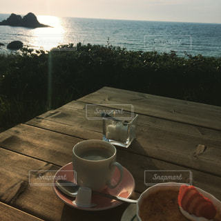 テーブルの上に水のコップの写真・画像素材[1236376]
