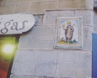 建物の側面にある記号の写真・画像素材[1290295]