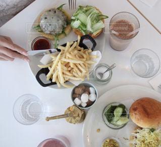 テーブルの上に食べ物のプレートの写真・画像素材[1588598]