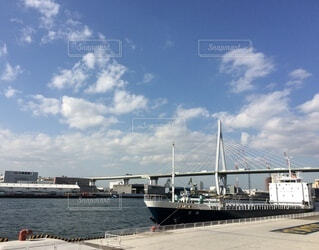 水の中の大きな船の写真・画像素材[4953471]