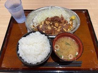 木製のテーブルに米と肉を入した食べ物の皿の写真・画像素材[4959038]