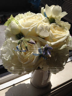 白い花束を花瓶にいけた様子の写真・画像素材[1679050]