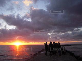日本海の夕日の写真・画像素材[329407]
