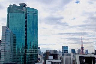 背景の高層ビル街の景色の写真・画像素材[1800594]