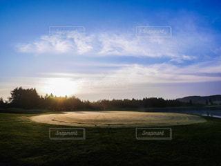 早朝のゴルフ場の写真・画像素材[379899]