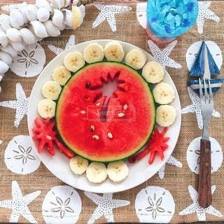 テーブルの上に食べ物のプレートの写真・画像素材[228]