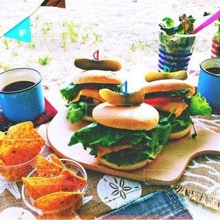 テーブルの上に食べ物のプレートの写真・画像素材[225]