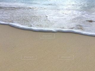 砂浜のビーチで横になっている男の写真・画像素材[160]