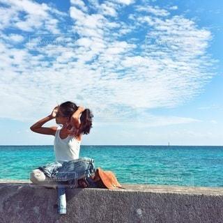 ビーチに座っている男の人の写真・画像素材[171]