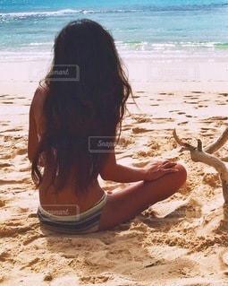 砂浜で座っている女性の写真・画像素材[176]