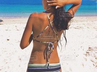ビーチに立っている女性の写真・画像素材[189]