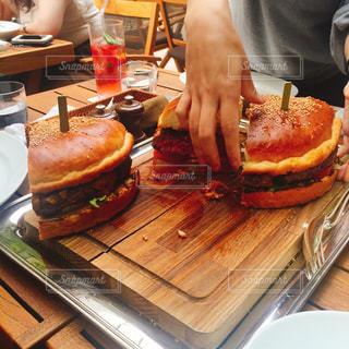 テーブルの上のケーキと木製のまな板の写真・画像素材[738933]