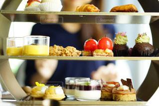 テーブルの上に食べ物のトレイ - No.824075