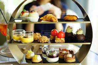 テーブルの上に食べ物の束の写真・画像素材[824078]