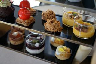 テーブルの上に食べ物の束の写真・画像素材[824080]