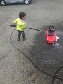 駐車場に立っている小さな男の子の写真・画像素材[1291836]