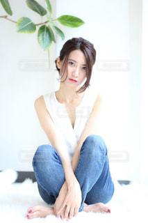 ベッドの上に座っている女性の写真・画像素材[1604069]