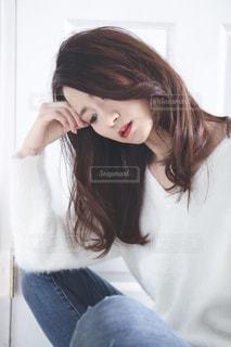 白いシャツの女の写真・画像素材[1604075]