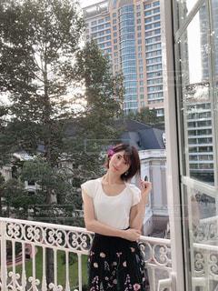 建物の前に立っている女性の写真・画像素材[2721428]