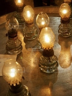 テーブルの上のランプの写真・画像素材[2721492]