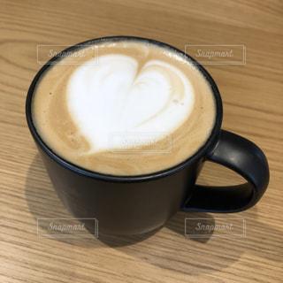 木製のテーブルの上に置くコーヒー1杯の写真・画像素材[2737580]