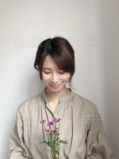 カメラに向かって微笑む女性の写真・画像素材[3283102]