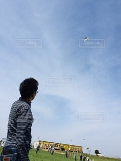 たこを飛ばす男性の写真・画像素材[3844034]
