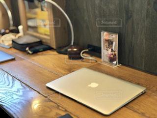 テーブルの上に座ってノート パソコンをデスクの写真・画像素材[1139647]