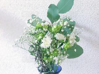 テーブルの上に花瓶の花の花束の写真・画像素材[1388728]