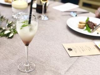 ワイングラスとテーブルの写真・画像素材[1388730]