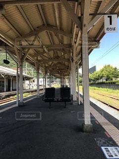 電車の駅で線路に大きな長い列車の写真・画像素材[720277]