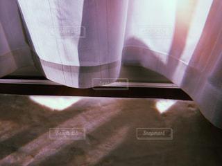カーテンから陽の光の写真・画像素材[1037593]