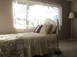 寝室、ベッドと窓の写真・画像素材[1057966]