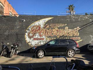建物の側に停まっている車の写真・画像素材[1058161]