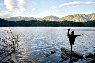 水の体の横に立っている人の写真・画像素材[1615814]