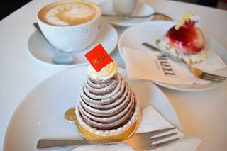 ケーキとコーヒーのカップのプレートの写真・画像素材[1616147]
