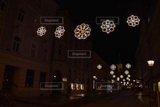 建物は夜ライトアップの写真・画像素材[1618333]