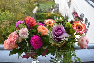 紫色の花一杯の花瓶の写真・画像素材[1618363]