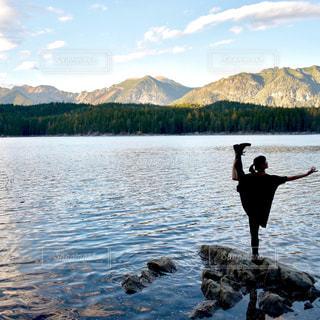 水の体の横に立っている人の写真・画像素材[1622583]
