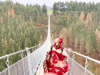 橋の上に立っている人の写真・画像素材[2141861]