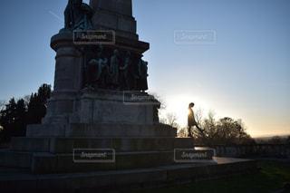 記念碑と人の写真・画像素材[2984001]